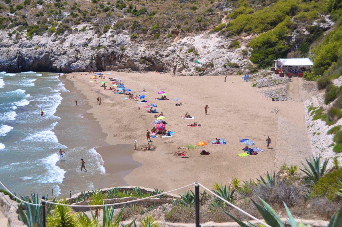 Dues paraules descriuen aquesta platja: nudisme i privacitat. Situada als afores de Sitges, per tant, només podrem arribar fins aquesta platja amb cotxe. Té 140 metres de llarg per 50 d'ample. La platja Cala Morisca està envoltada per altes roques que us faran sentir com en un amfiteatre. D'aigua neta i tranquil·la, la qualitat principal de Cala Morisca és l'omnipresència de la natura, ja que no hi ha hotels ni botigues. Però si teniu gana hi ha un restaurant obert. També hi ha lloguer d'hamaques i serveis de wc. Platja certificada amb els distintius EMAS, ISO 14.001 i BIOSPHERE.