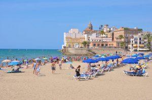 Platges de Sitges. La Platja Sant Sebastià es localitza a l'est de la preciosa església de Sitges. No és massa gran (205 metres de llarg per 20 metres d'amplada), però sí que és un lloc perfecte per gaudir en família, pel que sol omplir-se de gent en el mes d'agost. Sant Sebastià és bastant popular entre la població local gràcies al seu ambient relaxat. A més, té un passeig marítim amb terrasses des de les quals podrem gaudir de les vistes de la mar. ISO 14001, Bandera Blava i Certificat Biosphere Distintiu EMAS.