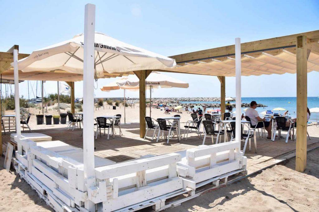 Platges de sitges, Barcelona Es tracta d'una platja petita i exclusiva, amb para-sols, gandules, un xiringuito i un preciós entorn natural al llarg de les seves penya-segats. Aquesta platja, situada en un petit racó entre Sitges i Castelldefels, es troba a la banda de l'Port Ginesta que és el port esportiu amb més amarratges de Catalunya. Gràcies a la seva ubicació i la naturalesa intacta, aquesta platja atrau no només a molts turistes, sinó també a autòctons.