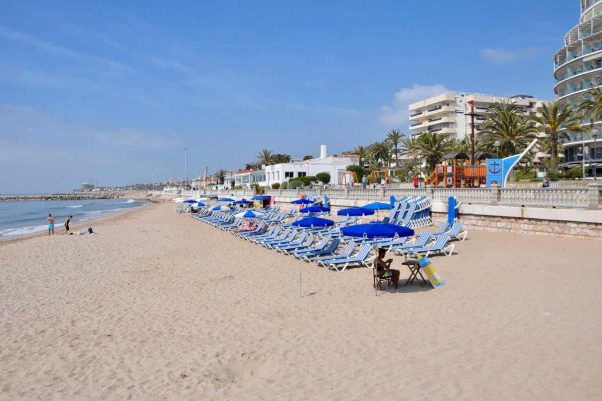 Platges de Sitges, Barcelona. La Bassa Rodona és l'única platja que compta amb una escola de vela. Es troba en els voltants de el Club de Mar i ofereix tot l'any cursos de vela. Una gran oferta en Hamaques, tendals, xiringuitos, nàutics, dutxes i massatges. La platja urbana amb més color i ambient, és un lloc per veure i ser vist, amb un públic majoritàriament LGTBI. Bastant concorreguda durant l'estiu, sempre és un bon termòmetre de la ciutat i un bon lloc per entendre per què Sitges és especial. També compta amb distincions ISO 14001, EMAS, SICTED i bandera blava. De tot i per a tots els gustos.