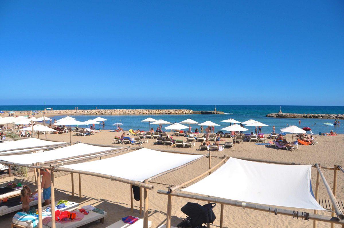 Situada al final del passeig marítim davant del mític hotel Terramar. Està considera una platja familiar, ideal per als nens, ja que està pràcticament tancada per dos espigons que la converteixen en una piscina gegant. Compta amb múltiples serveis a disposició dels usuaris: wc, dutxes, xiringuito, hamaques i gandules. El grau d'ocupació que presenta aquesta platja és alt. Bandera blava, certificada ISO 14001, SICTED i EMAS a Sitges Barcelona