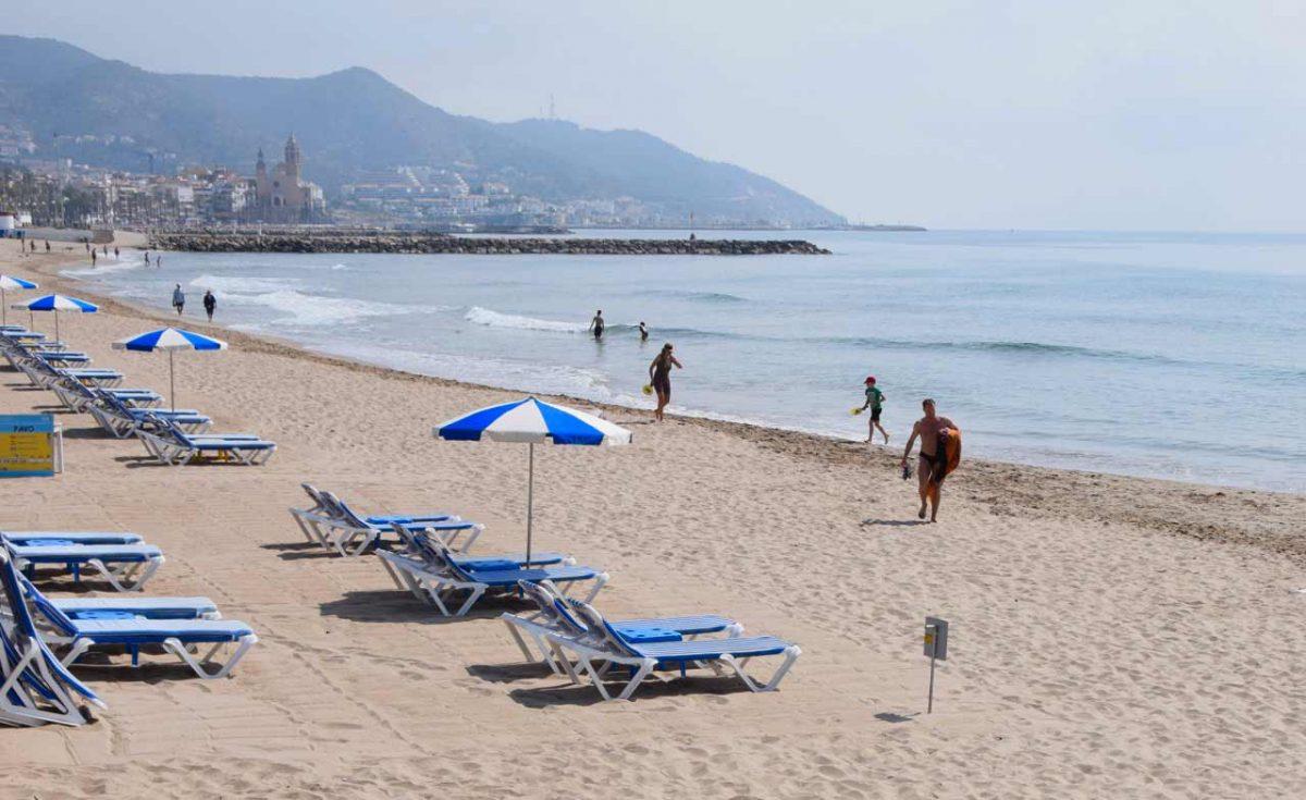 Platges de sitges, Barcelona. Ja més a prop de centre de Sitges trobem aquesta platja que s'omple de gom a gom. I és que tots volen reposar i prendre el sol a platja l'Estanyol. Amb 366 metres, és una de les més llargues. Amb un ambient familiar, ofereix diversió a l'estiu gràcies als seus patins aquàtics i el seu espectacular inflable situat a 100 metres de la sorra, els seus xiringuitos i les seves distincions (bandera blava, ISO, EMAS, SICTED).