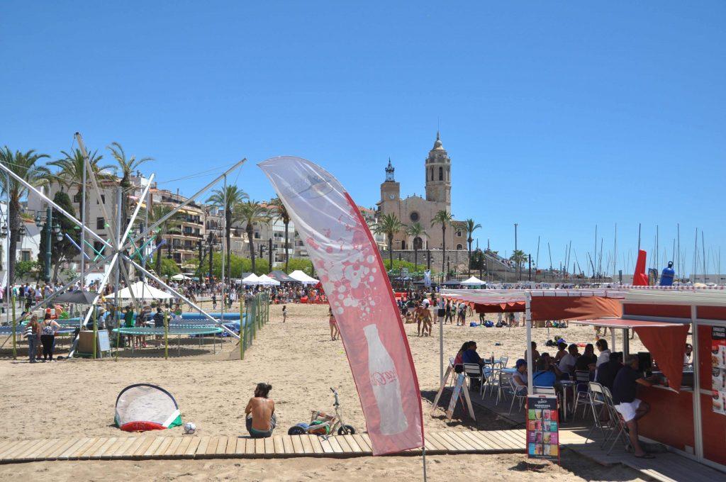 Platja de la Fragata, Sitges, Barcelona, La seva situació, just a sota de l'església de Santa Tecla i Sant Bartomeu, fan que aquesta platja sigui segurament la més dibuixada, fotografiada i admirada de Sitges. Situada al costat de l'Club Nàutic, és a més la platja preferida dels aficionats a l'voleibol. No hi ha serveis d'hamaques, cadires o tendals precisament per deixar espai per a les activitats esportives. Però és una cosa que no es troba a faltar. Amb un xiringuito és suficient per refrescar-se després d'exercitar-se una estona.