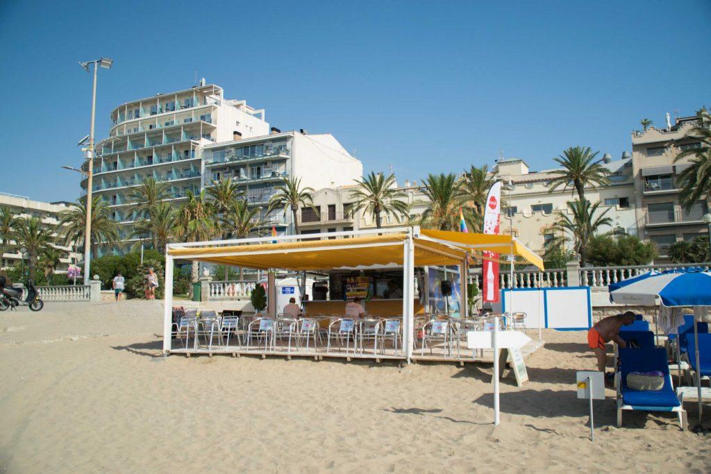 Bocadillos, ensaladas, buenos cócteles y un inmejorable servicio en esta céntrica playa de Sitges.