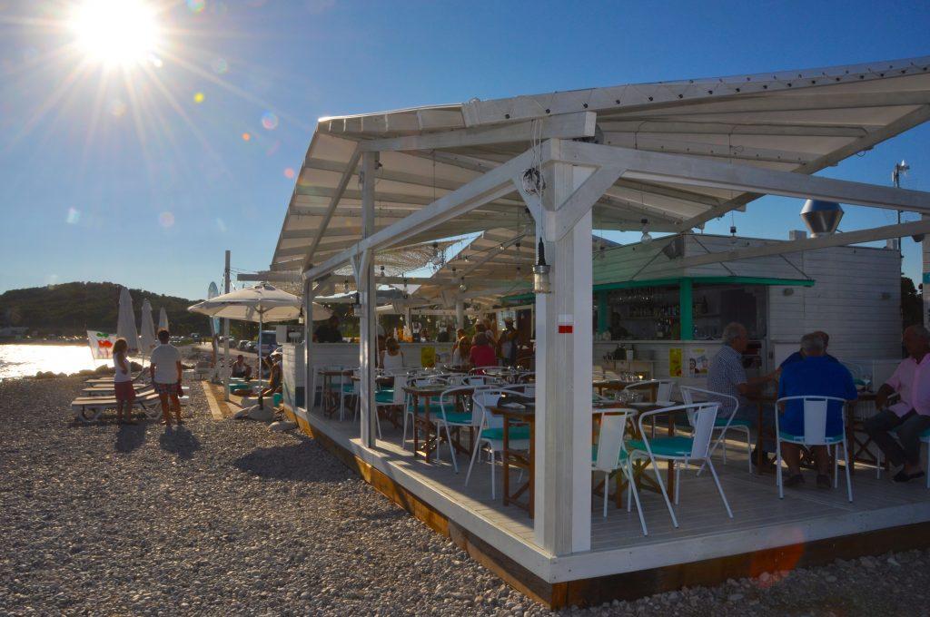 """Hola Beach Club es un espacio único y singular. Flanqueado por el club de golf Terramar, nuestro beach club goza de una magia y un encanto que lo hacen único en la comarca. En él podrás disfrutar desde un baño de sol en sus cómodas hamacas, degustar una de sus """"tapas de autor"""" o disfrutar de la música de algunos de los mejores DJ's del panorama nacional. En definitiva un lugar mágico donde desconectar del mundo para conectar con uno mismo."""