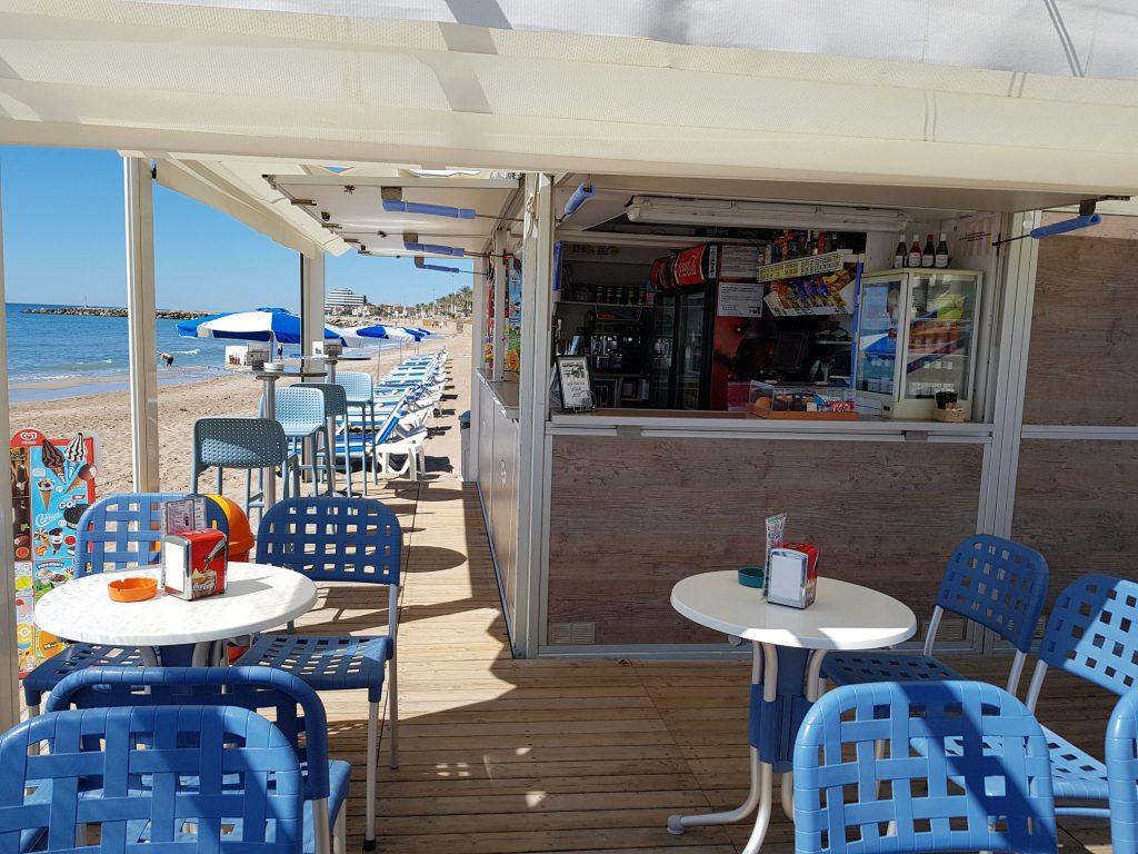 Chiringuito de Playa Familiar , con terraza , ofrecemos buena calidad y un trato inmejorable. Desayunos , mini-bocatas , torradas , café (Tupinamba) , vermutitos , tapas , ensaladas elaboradas , bocadillos crujientes, pizzas, bebidas, cerveza, coctails ….y todo a precios razonables. Hasta Pronto…  Somos una pequeña familia de la playa, con un gran espíritu de mar.