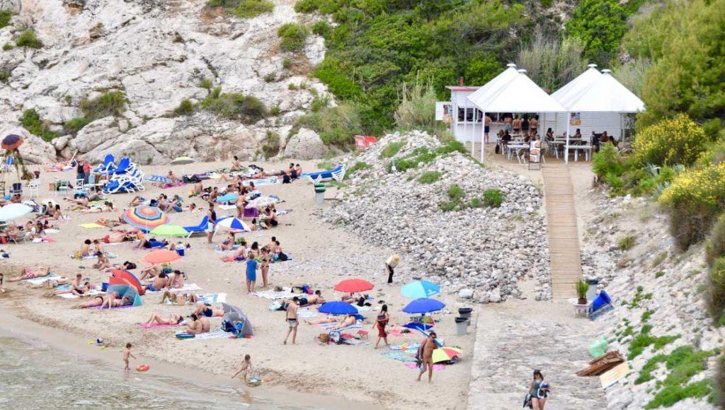 En Cala Morisca encontraréis una gran terraza ubicada en un acantilado sobre el mar donde disfrutar de un buen arroz o unas tapas variadas. Nosotros ponemos las vistas. Tú, la compañía. Además, disponemos de una zona de bar donde poder tomarse una cerveza bien fría antes de bajar a la playa y una arrocería-mirador con un espacio para disfrutar de un agradable baño antes de comer.
