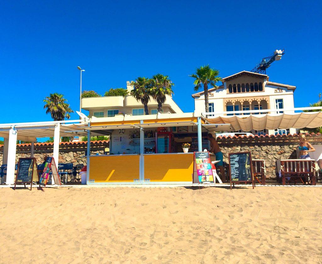 Inmejorable serivicio, buena comida y fantásticos cócteles. Lugar ideal para pasar el día en Sitges.