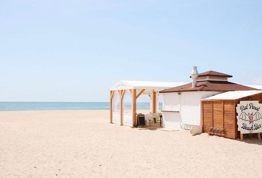 Somos el primer chiringuito de Les Botigues de Sitges.  Buena música, buen ambiente, buenas tapas. Estamos justo al lado del Port Ginesta, ¡nos vemos en primera línea de mar! ⚠Surf area⚠.