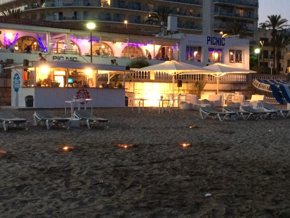 Waipiqui es un concepto diferente para disfrutar de la playa.  Disfruta de nuestra carta de comida y cocktails en tu mesa o chillout y un ambiente sofisticado durante el día y elegante por la noche.