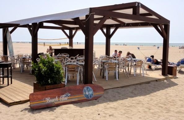 Elegante chiringuito con toques de diseño y música en directo que sirve arroces, ceviche y bocadillos. Música en vivo. Ideal para pasar una día en la playa.