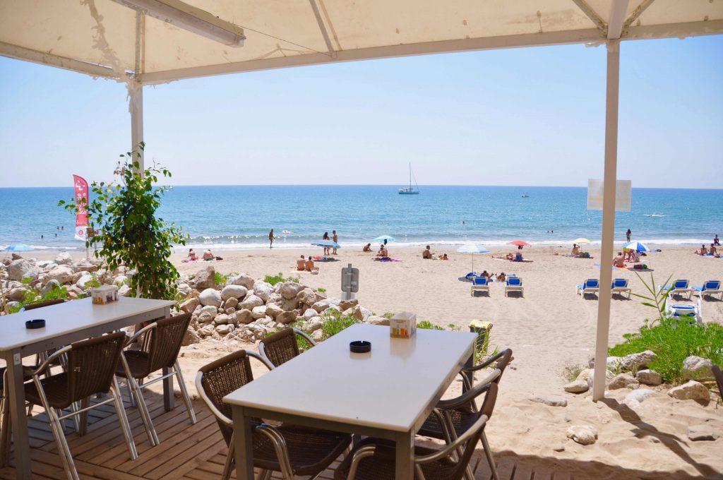 A Cala Morisca trobareu una gran terrassa situada en un penya-segat sobre el mar on gaudir d'un bon arròs o unes tapes variades. Nosaltres posem les vistes. Tu, la companyia. A més, disposem d'una zona de bar on poder prendre una cervesa ben freda abans de baixar a la platja i una arrosseria-mirador amb un espai per gaudir d'un agradable bany abans de menjar.