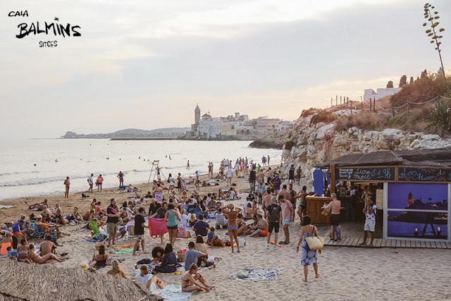 Cala Balmins és un bar de platja situat a Sitges, en un espai natural adreçat a persones que saben gaudir de el moment i que no tenen cap problema a mostrar el seu millor somriure per fer més amena la vida. Només has de visitar-nos per adonar-te que els bons instants estan formats per petits detalls.