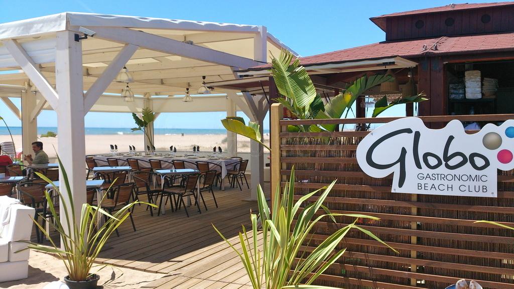 Vine a gaudir d'unes tapes, una bona amanida, un còctel o del sol i de la platja. Mentres et relaxes a la terrassa els teus fills gaudiran de la platja i dels jocs a disposició. Gaudeixi amb la nostra oferta d'activitats. Aprofiti les promocions que proposem periòdicament, la seva visita a el Globus Beach Club li resultarà encara més extraordinària. Passeig Marítim de Les Botigues 24 (Les Botigues de Sitges)