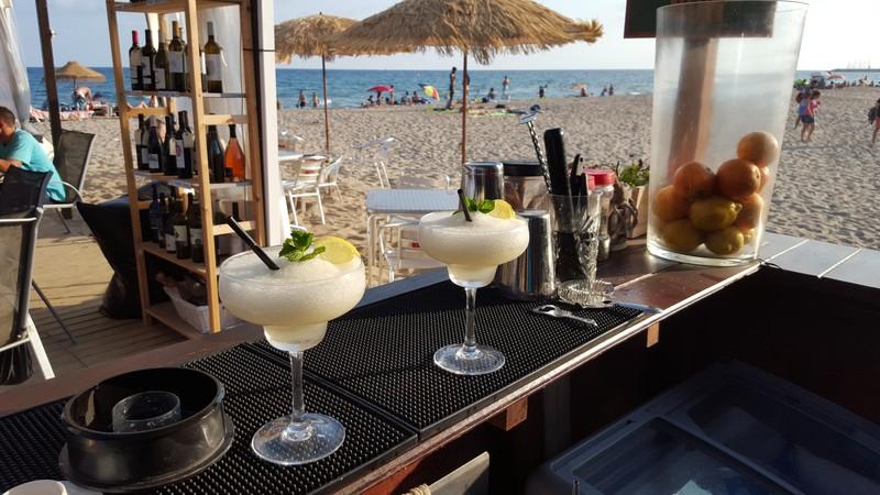 A Enjoy Beach Club podràs gaudir d'una cuina mediterrània, de mercat i amb producte fresc diari. Tenim els millors còctels de la platja amb innovadores i divertides idees que podràs disfutar en les nostres zones chillout amb unes vistes sobre el port immillorables.