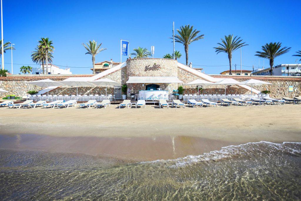 El xiringuito Sausalito és més que un bar. La seva situació a escassos metres de la mar el converteix en un lloc amb un encant especial. Especialistes en entrepans i amanides des de fa mes de 20 anys, a més d'altres plats com torrades amb escalivada, truita de patata.
