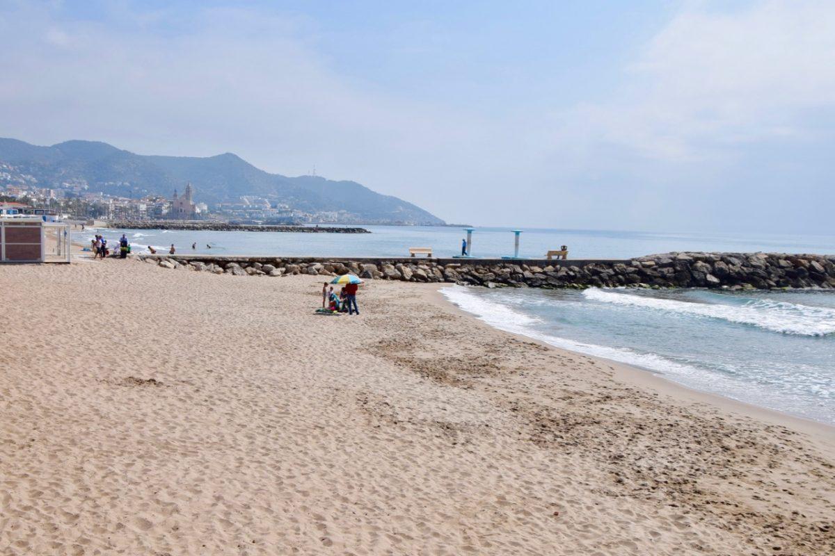 La Platja de la Riera Xica. Amb més de 320 m de longitud i una amplada de 18 m, aquesta platja es troba a la llista de tot aficionat a les platges. Platja molt popular situada al centre mateix de Sitges. Per alguna cosa serà que turistes i sitgetans fan l'excursió, gairebé peregrinació, fins aquesta platja. Ho té tot: aigües cristal·lines i tranquil·les, sorra daurada, xiringuito, dutxes, wc, lloguer d'hamaques, de nàutics i, com oblidar, els massatges que inciten a fer una migdiada. ISO 14001 i certificat Biosphere. Distintiu EMAS.