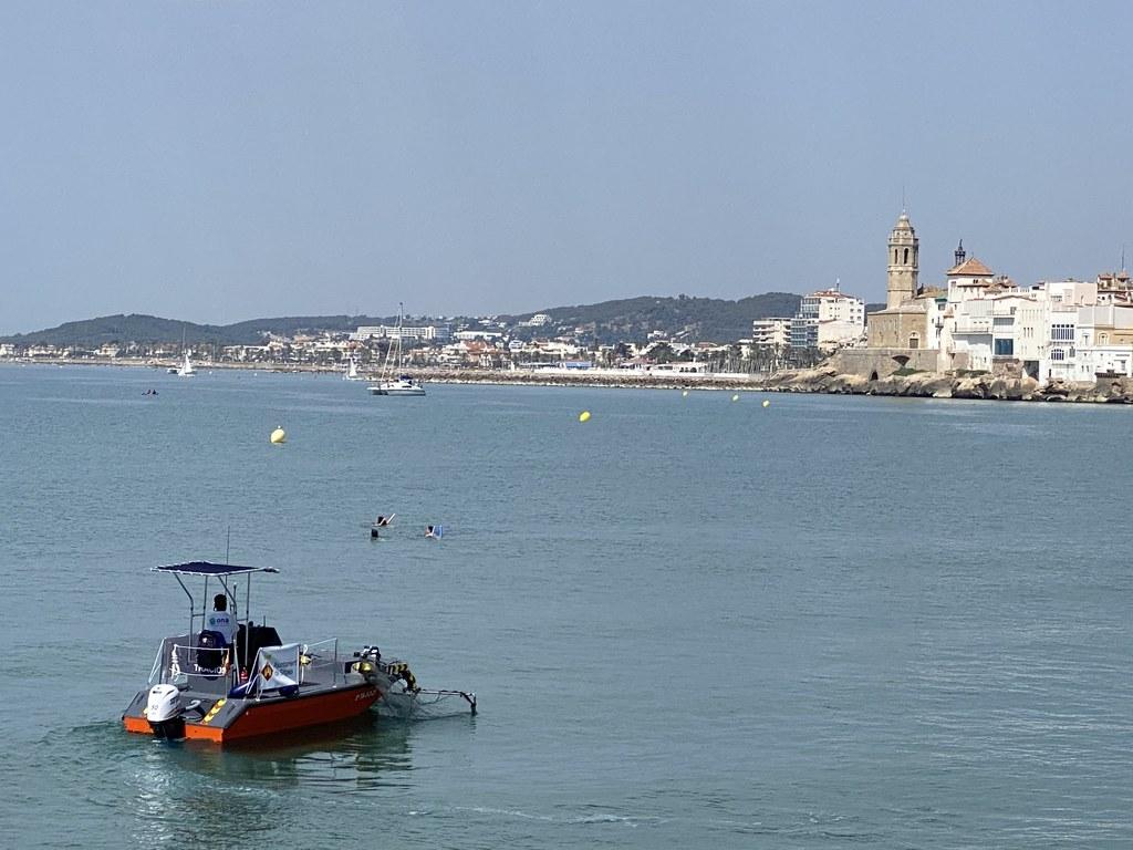 """L'embarcació de neteja del litoral ha recollit 255 kg de brutícia, del 15 de juny al 15 de juliol. Es tracta d'un volum de 2.168 m3, dels quals el 85,80% del total de residus recollits són plàstics. El regidor de Platges, Guillem Escolà, ha recordat """"la importància de difondre aquestes dades perquè la ciutadania i les persones que visiten la vila prenguin consciència de les conseqüències derivades d'accions incíviques que poden semblar individuals però que tenen una afectació comunitària i sobre el planeta""""."""